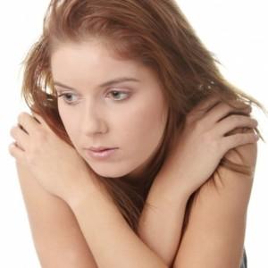 При увеличении щитовидки происходит нарушение терморегуляции, пациенты могут жаловаться на озноб
