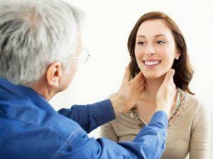Для диагностики заболеваний щитовидной железы проводится пальпация