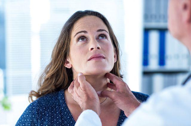 Определить увеличение щитовидки при пальпации можно уже на 3 стадии