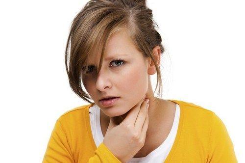 При появлении кисты отмечается ощущение першения в горле