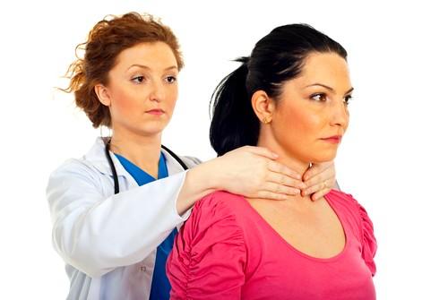 Обследование начинается с пальпации щитовидной железы