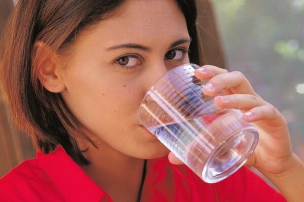 Жидкость необходимо пить умеренно, чтобы не усилить выработку молока