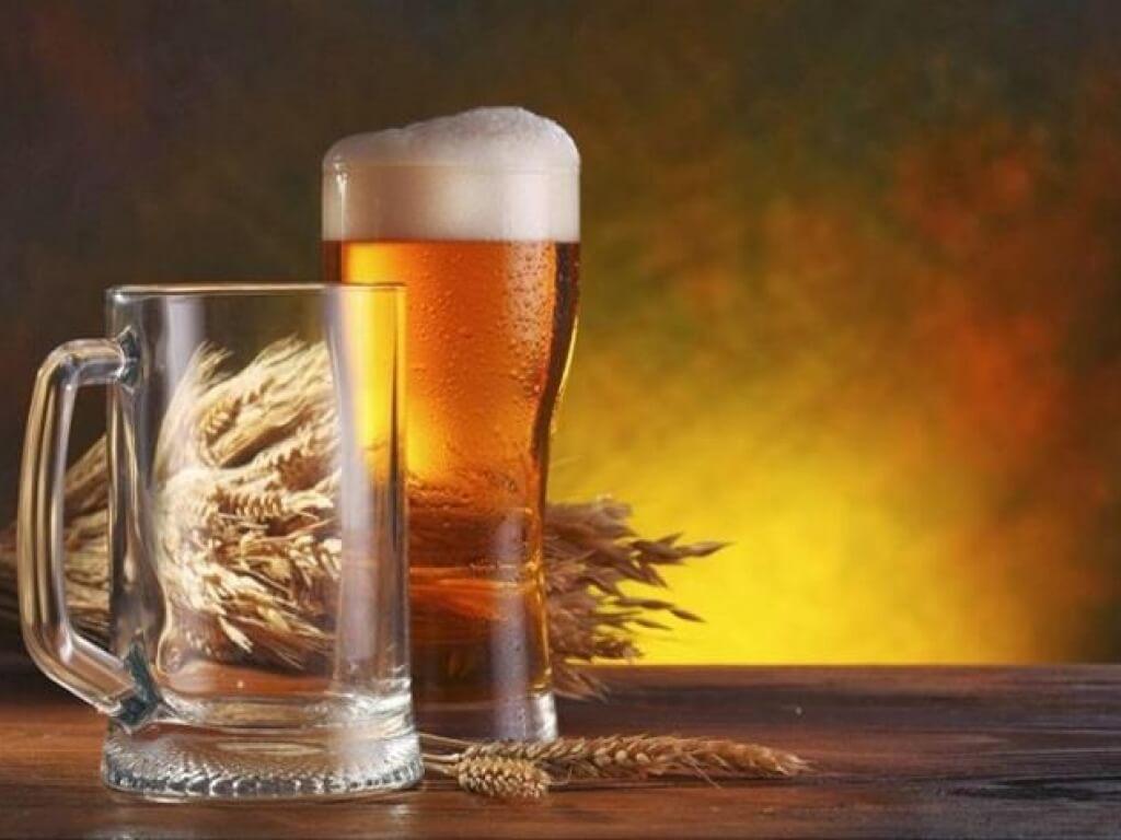 Женщина может отмечать кратковременные приливы молока после употребления пива
