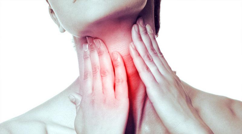 Первый признак заболевания - покраснение и отечность шеи