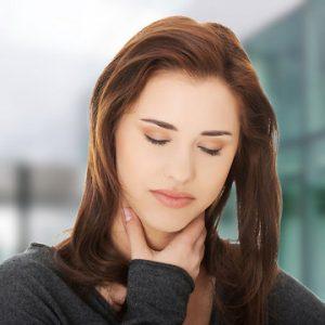 После операции на щитовидной железе пациентка может потерять голос