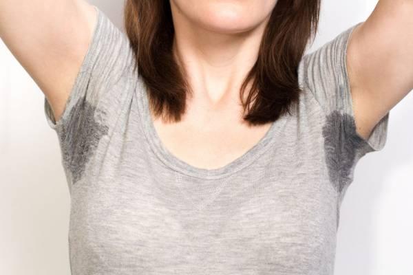 При гипертиреозе у женщины усиливается потоотделение