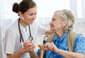 Осмотр врачом пожилого пациента