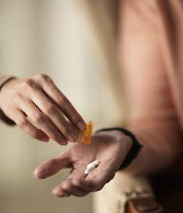 Для лечения щитовидки назначается прием гормональных препаратов