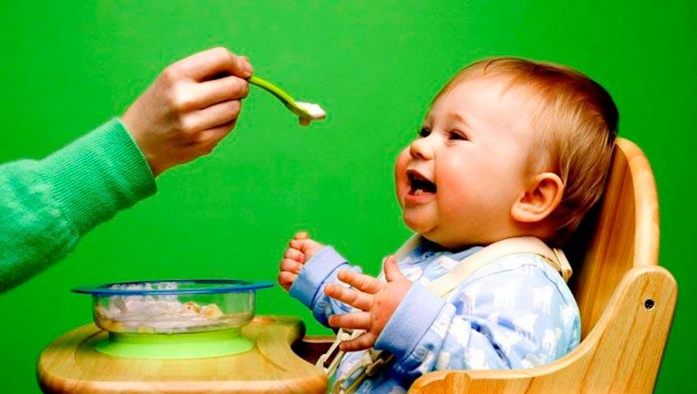 Отлучать от груди можно при условии, что ребенок получает полноценное питание с других источников