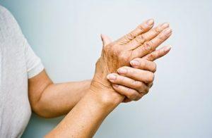 Тремор рук - один из симптомов, требующих консультации эндокринолога