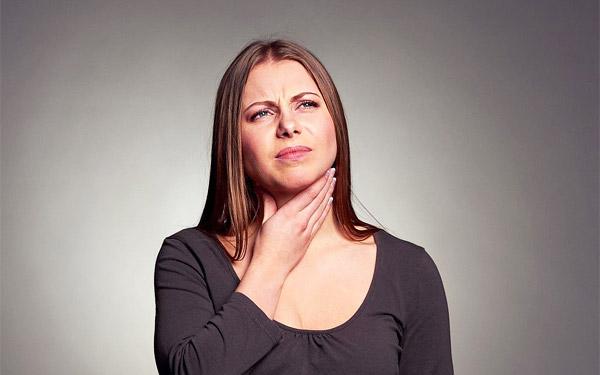 Узловой зоб характеризуется появлением трудностей с проглатыванием пищи