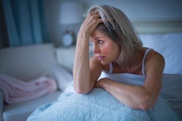 При диффузном увеличении щитовидки женщина страдает от бессонницы