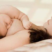 При лактостазе нужно продолжать кормить ребенка грудью