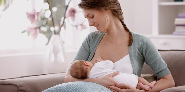 Лактостаз появляется при неправильной позе для кормления малыша