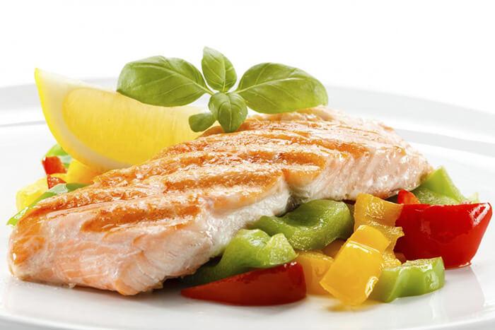 Кормящей маме лучше отдавать предпочтение белым сортам рыбы