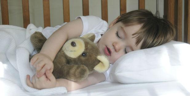 Необходимо приучить малыша самостоятельно засыпать