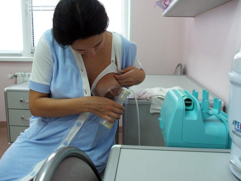 Как правильно сцеживать грудное молоко руками: этапы процедуры
