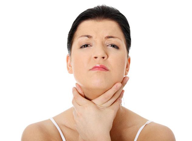 При развитии коллоидного зоба у пациентов появляется ощущение сдавливания горла