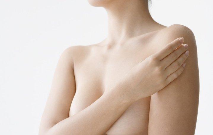 Основной симптом - боль в груди перед менструацией