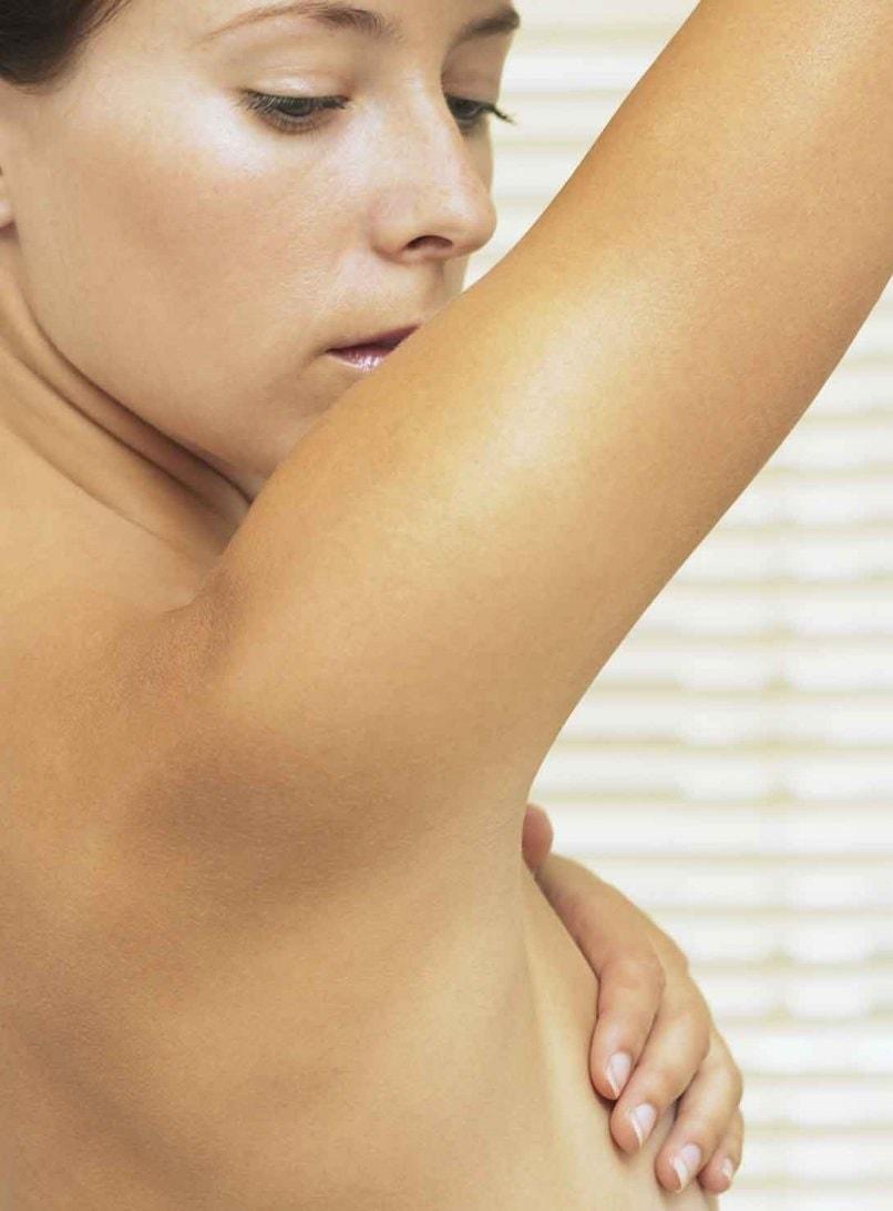 При фиброзно-кистозной форме мастопатии грудь женщины становится болезненной и чувствительной