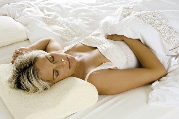 Кормящей маме рекомендуется спать на спине, чтобы не передавливать грудь