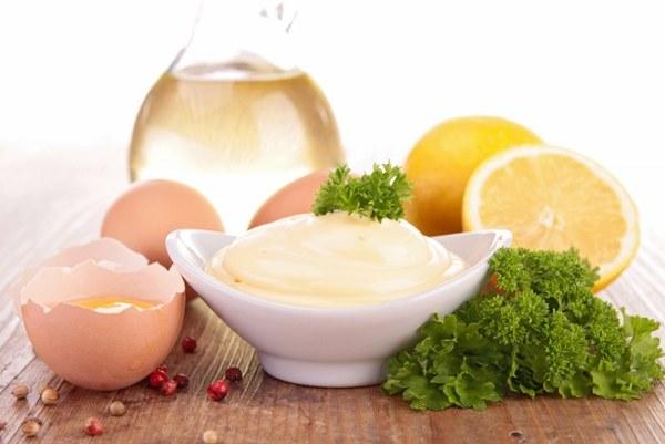 Сырые яйца, что являются основным компонентом майонеза, противопоказаны при лактации