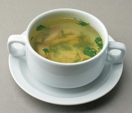В рацион кормящей мамы необходимо включать супы и бульоны