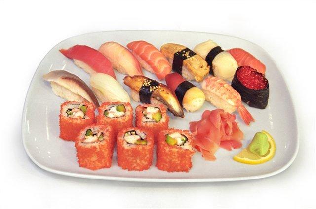 Суши и роллы из красной рыбы можно после 6 месяцев ребенка
