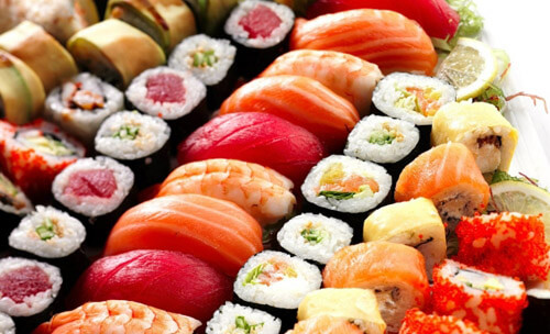 Суши можно употреблять при грудном вскармливании с некоторыми ограничениями