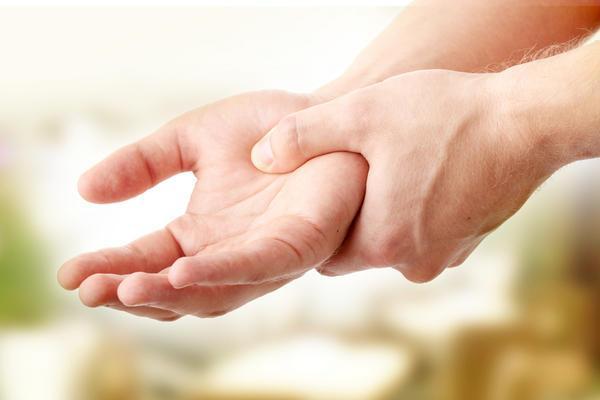 Характерным симптомом нарушений щитовидки является тремор рук