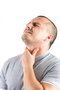 При узловых образованиях в щитовидной железе появляются сложности с глотанием