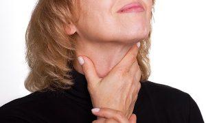 При развитии опухоли щитовидной железы появляются трудности с проглатыванием пищи