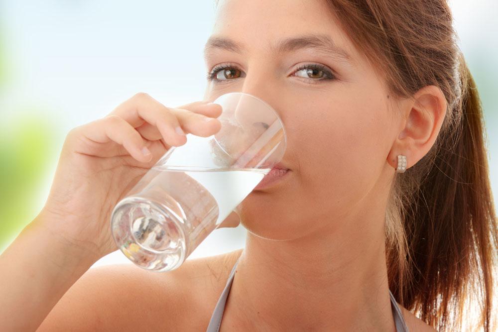 Женщине рекомендуется употреблять не менее 1,5 л жидкости в день