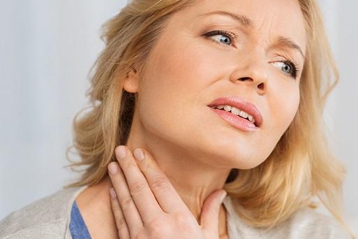 При развитии заболевания на шее появляются характерные узлы