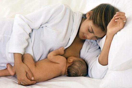 Если прикладывать ребенка к груди неправильно, может образоваться мастит