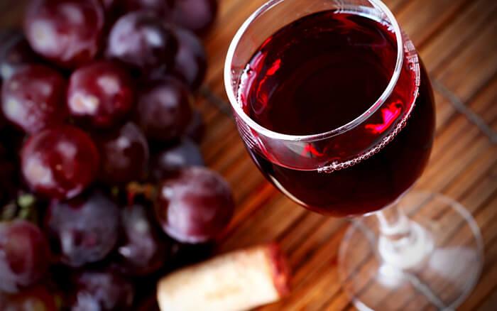 Вино содержит в составе спирт, а потому негативно воздействует на здоровье ребенка