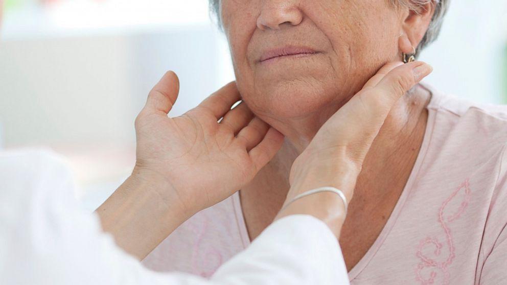 Для диагностики аденомы врач проводит визуальный осмотр и пальпацию