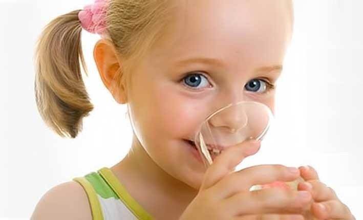 Для профилактики развития заболеваний щитовидки ребенок должен употреблять достаточное количество жидкости