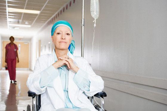 После курса химиотерапии у женщин выпадают волосы