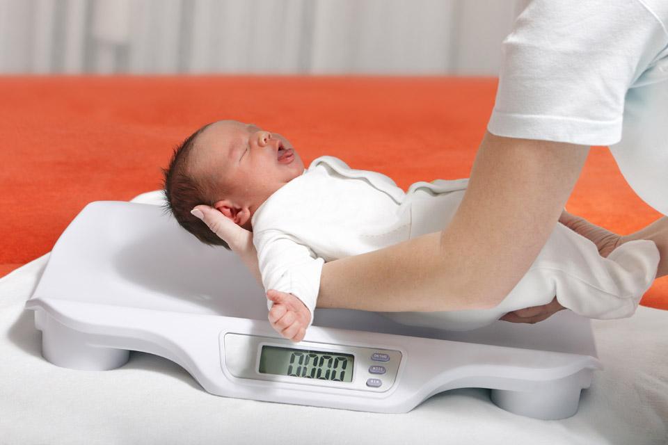 Взвешивание помогает определить, сколько молока выпил ребенок