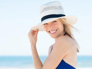 Находится на солнце следует в безопасное время и в головном уборе