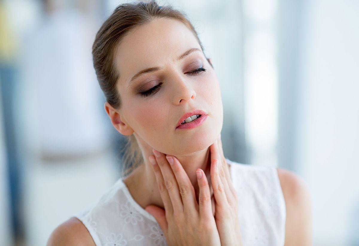 Гиперплазия проявляется отчетливой болью и дискомфортом в области шеи