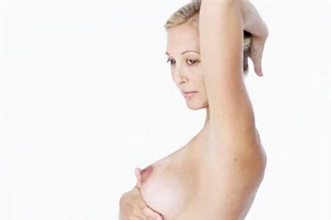 В первом триместре в области груди появляется жжение