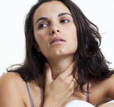 Зоб проявляет себя как ком в горле, который мешает нормальному глотанию